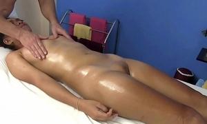 Little Oriental sweeping receives oil massage